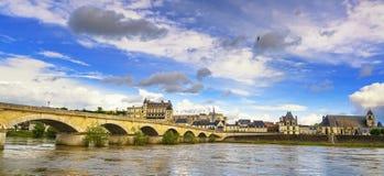 昂布瓦斯、村庄、桥梁和中世纪城堡 卢瓦尔河流域, Fran 免版税库存照片