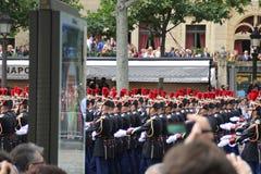 Fran?a, Paris - 14 de julho de 2014: Participantes e espectadores na parada em honra do dia de Bastille imagens de stock royalty free