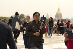 Fran?a, Paris, pose asi?tica do turista para fotografias foto de stock royalty free