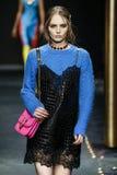 Fran Summers loopt de baan in Versace toont in Milan Fashion Week Autumn /Winter 2019/20 stock fotografie