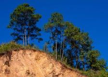 Frana della montagna in un'area in condizioni ambientali pericolosa Grandi crepe in terra, discesa di grandi strati della strada  fotografie stock libere da diritti