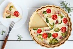 Français traditionnel découpé en tranches de tarte au goût âpre de la Lorraine de quiche Photographie stock