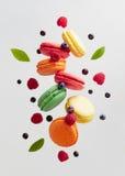 Francés Macarons con las bayas frescas imagen de archivo libre de regalías