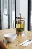 Francés-presione con té verde y la taza Imágenes de archivo libres de regalías