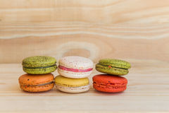 Francês colorido Macarons no fundo de madeira do assoalho Fotos de Stock Royalty Free