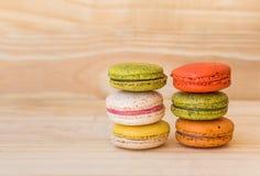 Francês colorido Macarons no fundo de madeira do assoalho Fotos de Stock