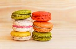 Francês colorido Macarons no fundo de madeira do assoalho Fotografia de Stock