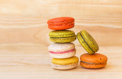 Francês colorido Macarons no fundo de madeira do assoalho Imagem de Stock
