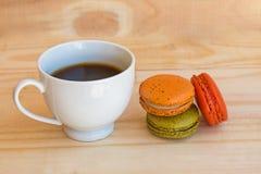 Francês colorido Macarons no fundo de madeira do assoalho Fotografia de Stock Royalty Free