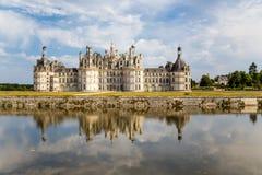 france Château royal de Chambord, reflété dans l'eau de la rivière Photo libre de droits