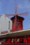 FRANCE-CULTURE-ENTERTAINMENT-MOULIN - РУМЯН показывает КРАСНУЮ ВЕТРЯНКУ, Montmartre Париж - август 2015 Стоковое Изображение