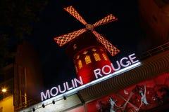 FRANCE-CULTURE-ENTERTAINMENT-MOULIN - РУМЯН показывает КРАСНУЮ ВЕТРЯНКУ, Montmartre Париж - август 2015 Стоковая Фотография RF