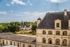 france En av sidobyggnaderna av slotten av Chambord och den gamla kyrkan nära slotten Royaltyfria Bilder