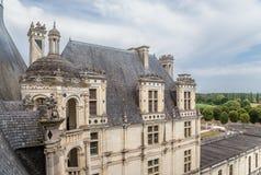 france En av sidobyggnaderna av slotten av Chambord UNESCOlista Royaltyfri Bild