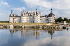 france Kunglig slott av Chambord och dess reflexion i vattnet av floden Arkivbild