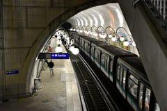 france paris Augusti 2018 Det enorma gångtunnelnätverket kör under de huvudsakliga fullsatta monumenten Notre Dame Station på nat royaltyfri bild