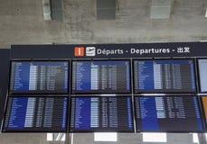 france paris Bildskärmar med avvikelser och ankomstflyg på Charles de Gaulle den internationella flygplatsen fotografering för bildbyråer