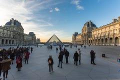 france paris Februari 2018: Louvremuseumsikt på solnedgången, med arkivfoto