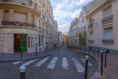france paris Gator av Montmartre i solig höst i bakbelyst Arkivbilder