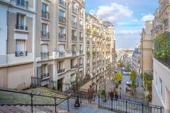 france paris Gator av Montmartre i solig höstafton in Arkivfoto