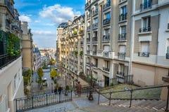 france paris Gator av Montmartre i solig hösteftermiddag Arkivbild