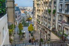 france paris Gator av Montmartre i solig hösteftermiddag Arkivfoton