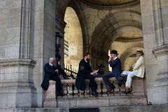 france paris Opera Garnier, Palais Garnier Augusti 2018 Skådespelare som filmar en periodfilm arkivfoto