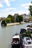 france paris Seine River med fartyg och Ile de la Citera från Pont des Arts Sikten av den Vert Galant fyrkanten med parkerar 17 A arkivfoto