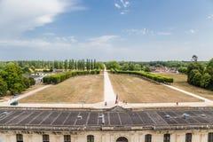 france Sikten från slotten av Chambord från den huvudsakliga fasaden av det närgränsande till slotten parkerar Arkivfoto