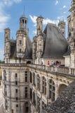 france Turister beundrar sikten från terrassen av den kungliga slotten av Chambord, 1519 - 1547 år Fotografering för Bildbyråer