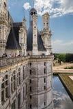 france Turister som besöker den kungliga slotten av Chambord från terrassen Slotten är inklusive i UNESCOvärldsarvet Arkivbild