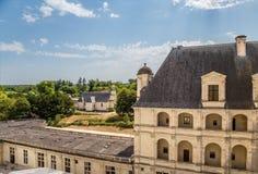 france Una delle costruzioni laterali del castello di Chambord e di vecchia chiesa vicino al castello Immagini Stock Libere da Diritti