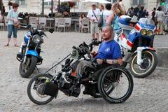 Frances, Avignon - 1er juillet 2014 Le handicapé de jeune homme repose I Images stock