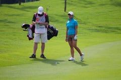 Frances Bondad evalueert haar schot, LPGA Maleisië Royalty-vrije Stock Foto's