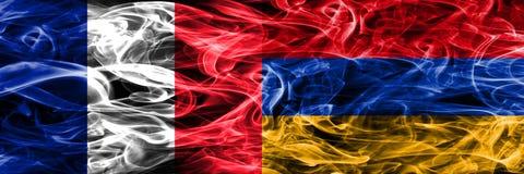 Frances contre des drapeaux de fumée de l'Arménie placés côte à côte Drapeaux soyeux profondément colorés de fumée des Frances et photo libre de droits