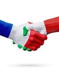 Frances de drapeaux, pays de l'Italie, concept de poignée de main d'amitié d'association Photographie stock