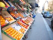Frances de Paris de trottoir d'affichage de fruit d'épicerie 16èmes Image stock
