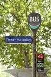 Frances de voyage : Arrêt d'autobus à Paris image libre de droits