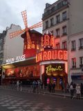 Frances, Paris, le Moulin rouge la nuit photographie stock libre de droits
