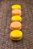 Francese arancio e giallo Macarons I fotografie stock