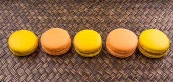 Francese arancio e giallo Macarons IX fotografie stock
