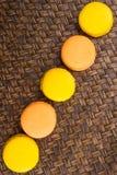 Francese arancio e giallo Macarons VI immagini stock libere da diritti