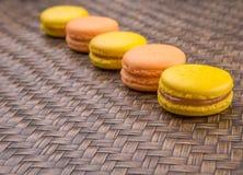 Francese arancio e giallo Macarons VII immagini stock