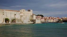 Francese la città ed il castello della parte di Collioure della costa un giorno soleggiato archivi video