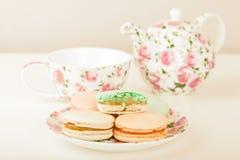 Francese tradizionale Macarons contro l'insieme di tè Fotografia Stock
