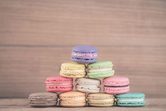Francese variopinto Macarons su fondo di legno Fotografia Stock Libera da Diritti