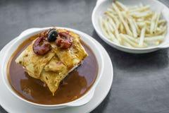 Francesinha传统肉乳酪辣调味汁烤了三明治 免版税库存照片