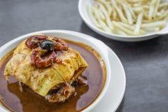 Francesinha传统肉乳酪辣调味汁烤了三明治 库存照片