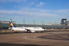 FRANCFORT, ALEMANIA - 20 de enero de 2017: Aviones, un Airbus A320 neo de Lufthansa, en la puerta en el terminal 1 en Foto de archivo libre de regalías