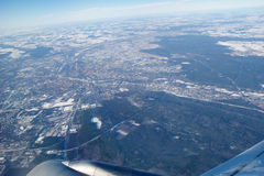 FRANCFORT, ALEMANIA - 20 de enero de 2017: Visión a través de la ventana de los aviones sobre el ala del jet, wingview sobre ciud Fotos de archivo